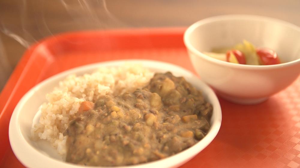 有機野菜と雑穀たっぷりのヘルシーカレーと有機野菜のピクルス